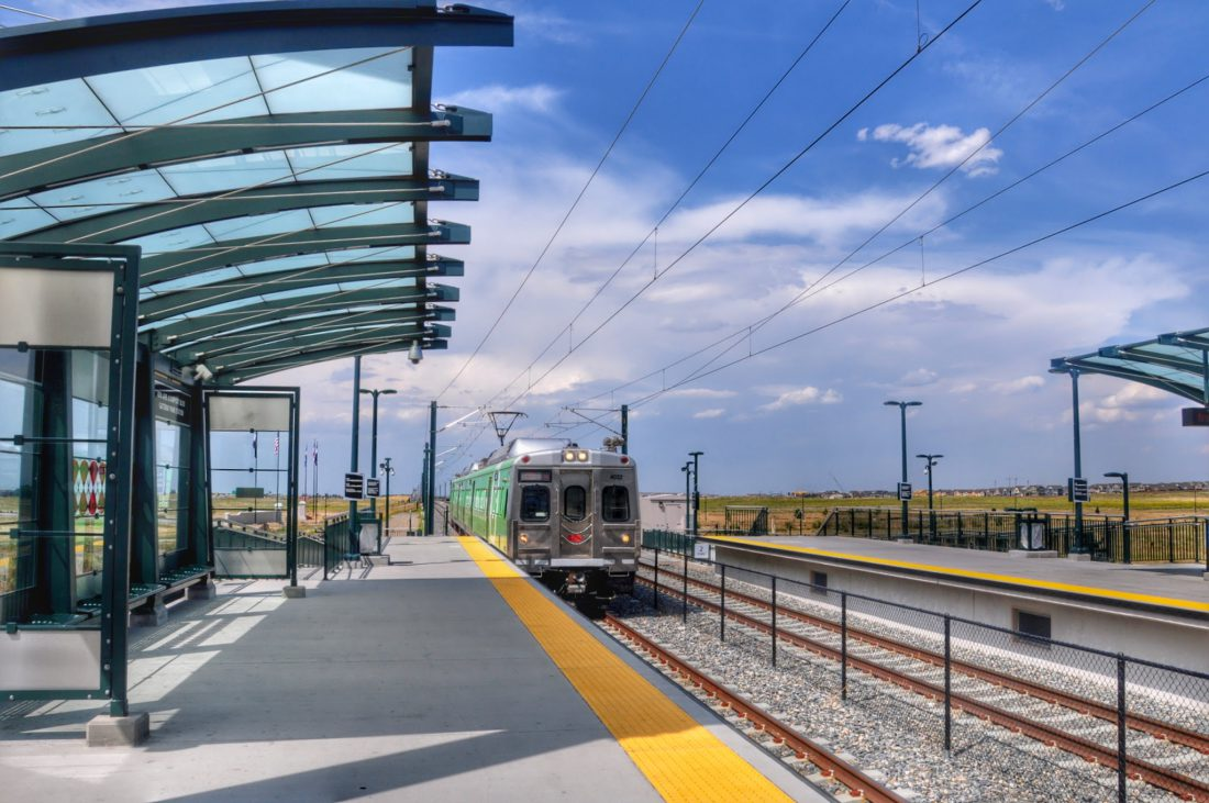 DENVER : LIGHT TRAIN TO DOWNTOWN