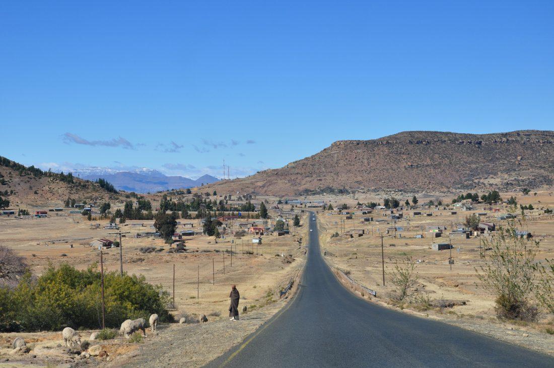 Road to Makhaleng bridge border